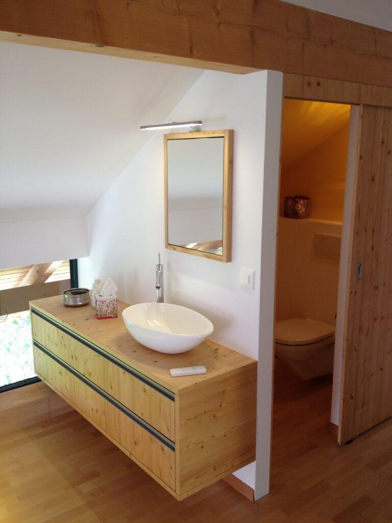 Wooddesign_Holzdesign_Plasselb_Loftwohnung_offennes Schlafzimmer und Bad_freistehende Badewanne_Parkett_ Ankleide_WC (4)-min