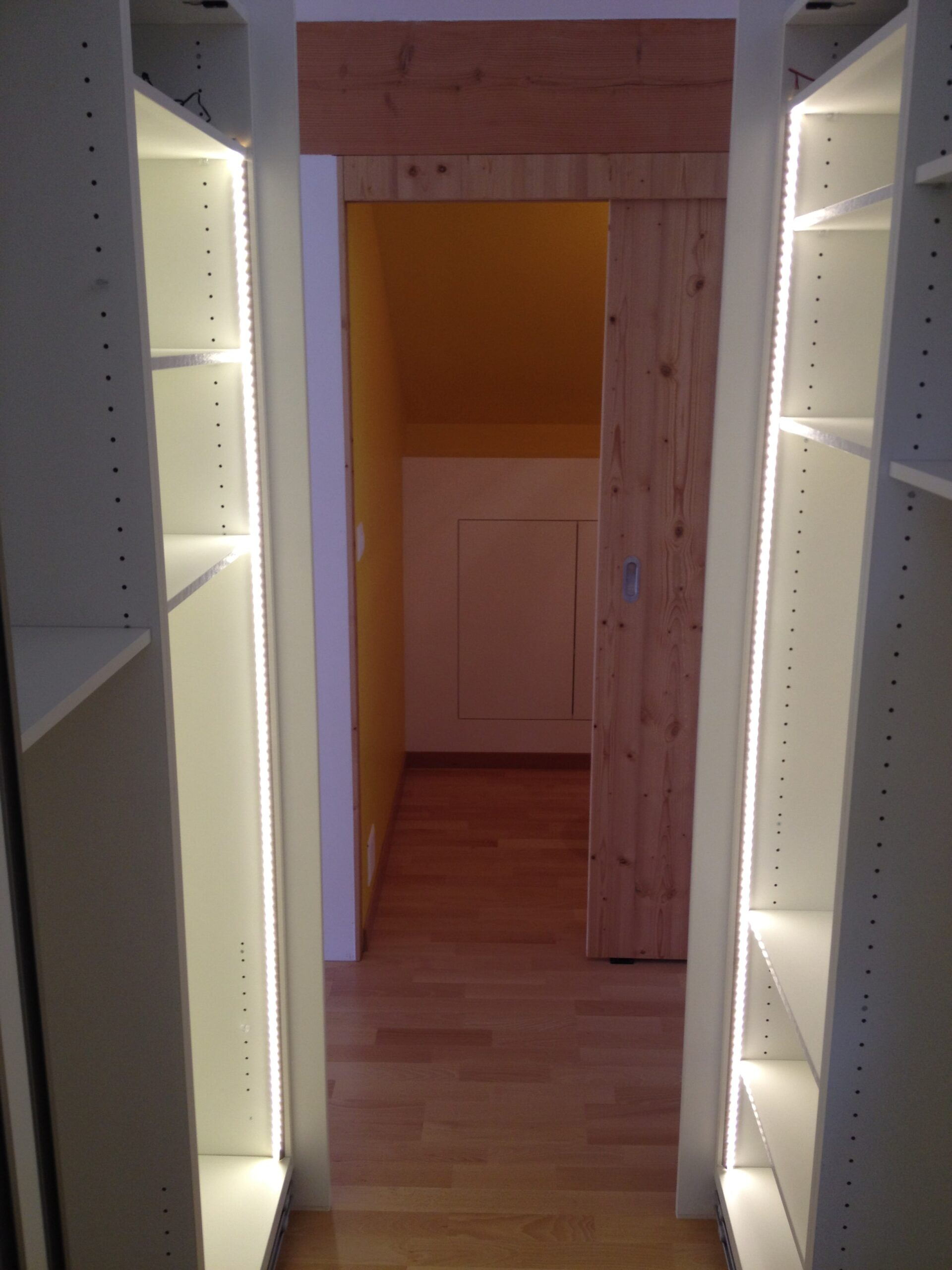 Wooddesign_Holzdesign_Plasselb_Loftwohnung_offennes Schlafzimmer und Bad_freistehende Badewanne_Parkett_ Ankleide_WC (5)-min