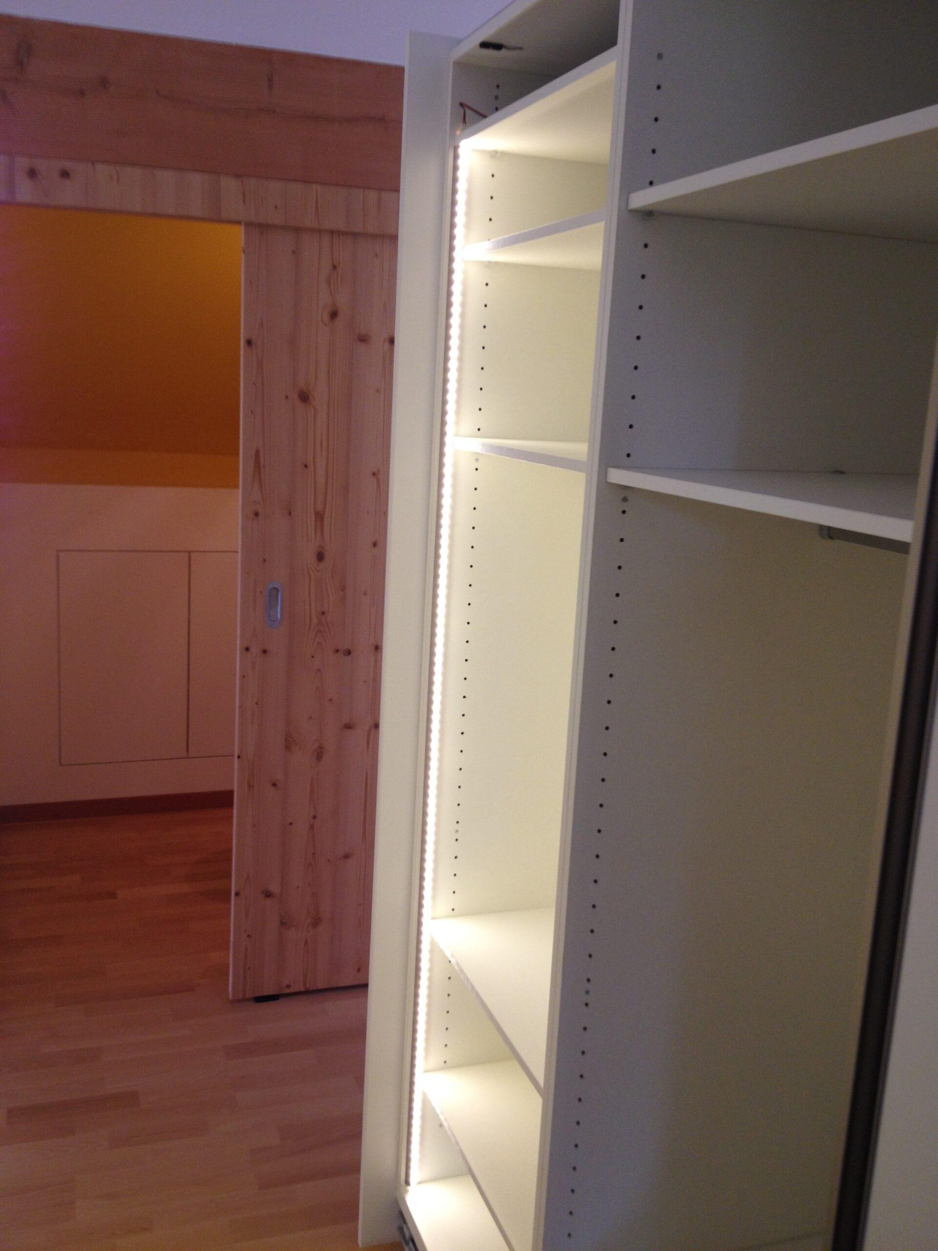 Wooddesign_Holzdesign_Plasselb_Loftwohnung_offennes Schlafzimmer und Bad_freistehende Badewanne_Parkett_ Ankleide_WC (6)-min