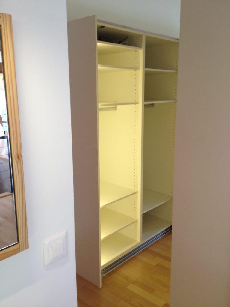 Wooddesign_Holzdesign_Plasselb_Loftwohnung_offennes Schlafzimmer und Bad_freistehende Badewanne_Parkett_ Ankleide_WC (7)-min
