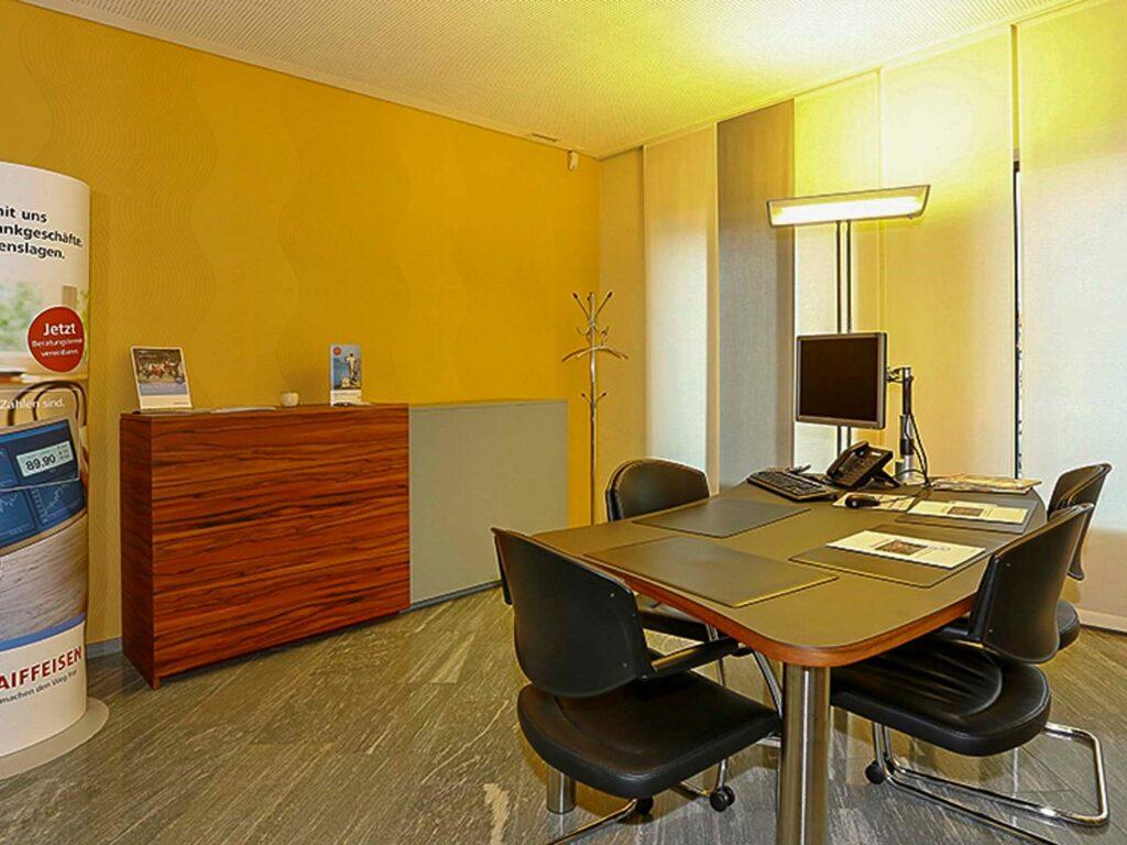 Wooddesign_öffentliche Bauten_Schalteranlage_Raiffeisen Giffers_Beraterbank_Beratungszimmer_Sideboard (6)